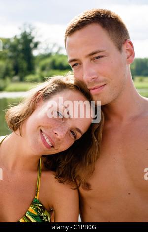 Jeune couple en maillot smiling Banque D'Images
