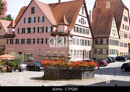 Allemagne, Bavière, Dinkelsbuhl, fontaine à fleurs en ville Banque D'Images