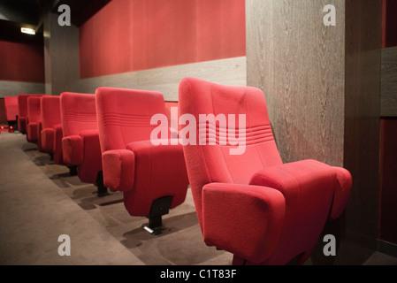 Des sièges vides en cinéma