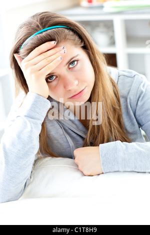 Jeune femme assise enfoncée dans la cuisine Banque D'Images
