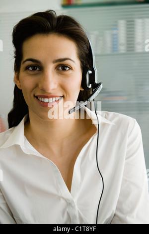 Businesswoman wearing telephone headset, portrait Banque D'Images