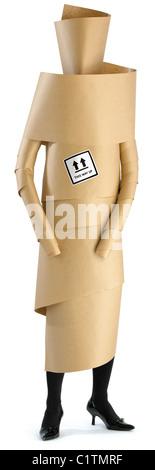 Un employé,femme,membre du personnel enveloppé dans du papier brun prêt pour un déménagement de bureau isolé sur Banque D'Images