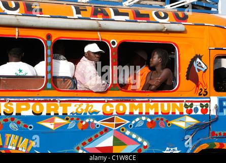 Sénégal, Dakar: bus des transports publics Banque D'Images