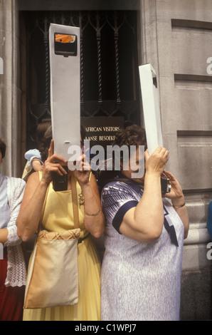 Mariage Royal Prince Charles de Lady Diana Spencer périscopes souvenirs à regarder par-dessus la foule pour voir Banque D'Images