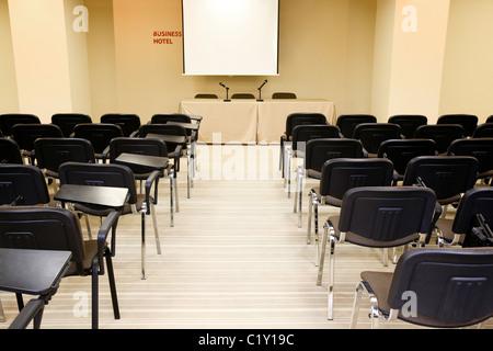 Image de plusieurs rangées de fauteuils dans la salle de conférence Banque D'Images