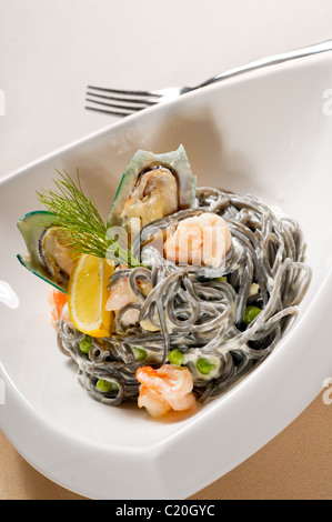 Des fruits de mer l'encre de seiche noire coulored pâtes spaghetti nourriture italienne tipycal Banque D'Images