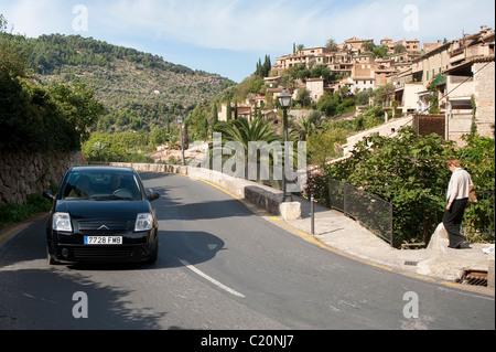 Voiture roulant le long d'une route à Mallorca, Espagne. Banque D'Images