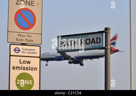 Bath Road & Zone environnementale signe avec British Airways avion volant bas en arrière-plan Banque D'Images