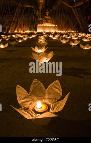Statue de Bouddha éclairé aux chandelles au Wat Phan Tao durant les fêtes de Yi Peng et Loi Krathong. Chiang Mai, Banque D'Images