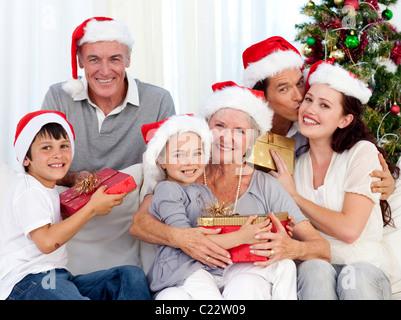 Donner des cadeaux de Noël pour la famille Banque D'Images