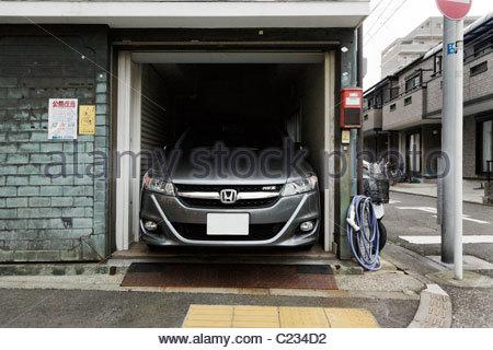 grosse voiture petit garage banque d 39 images photo stock. Black Bedroom Furniture Sets. Home Design Ideas