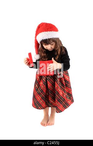 Trois ans, fille, et regarde à l'intérieur red gift box Banque D'Images