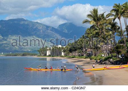 Outrigger Canoe fixant pour matin paddle à partir de la plage de Kihei sur l'île de Maui, dans l'État de New York Banque D'Images
