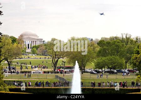 Vue depuis la maison blanche vers Jefferson Memorial à travers le National Mall. Un avion s'approche. Washington Banque D'Images