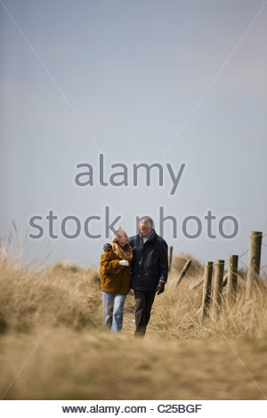 Un couple marchant le long d'une voie ensemble Banque D'Images