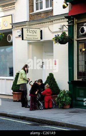 Mère et enfants en dehors de l'École Maternelle Montessori espère Marylebone London England UK