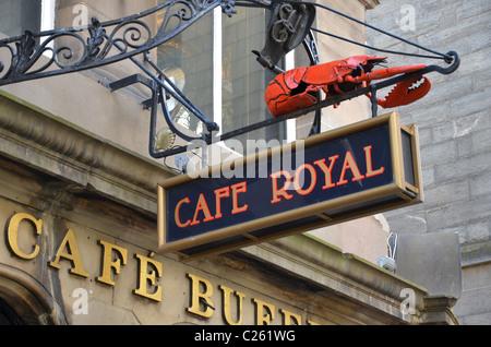 Signer avec un homard rouge à l'extérieur du Café Royal à Édimbourg, Écosse, Royaume-Uni. Banque D'Images