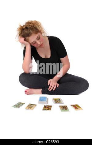 Une adolescente de la lecture des cartes de Tarot. Banque D'Images