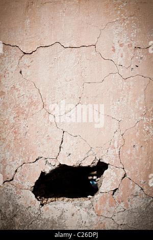 Le trou du vieux mur fissuré Banque D'Images