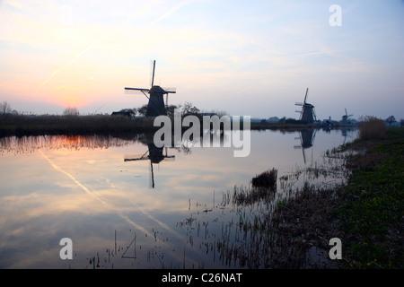 Moulins à vent hollandais typique à Kinderdijk, South Holland, UNESCO World Heritage site. 19 moulins historiques Banque D'Images