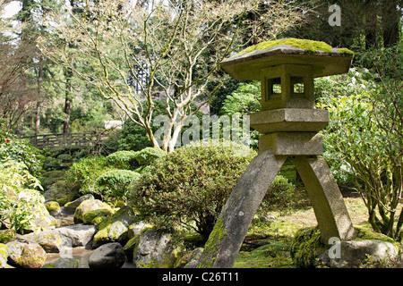 Par le ruisseau de la lanterne de pierre de Portland Japanese Garden Banque D'Images