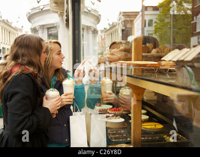 Les jeunes filles à la fenêtre en pâtisserie Banque D'Images
