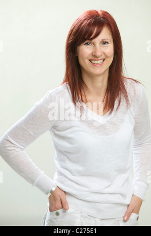 Smiling Woman with hands in Pockets Banque D'Images