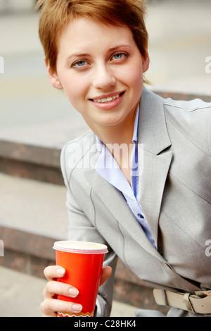 Portrait of happy young business woman pendant une pause Banque D'Images