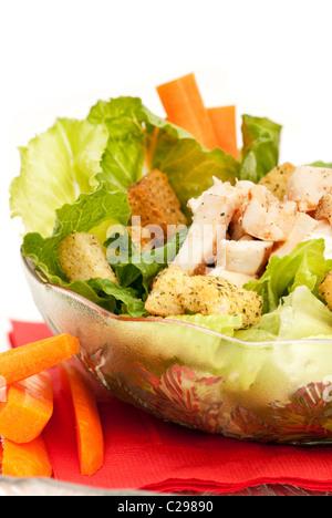 Un bol de salade césar au poulet isolated on white Banque D'Images