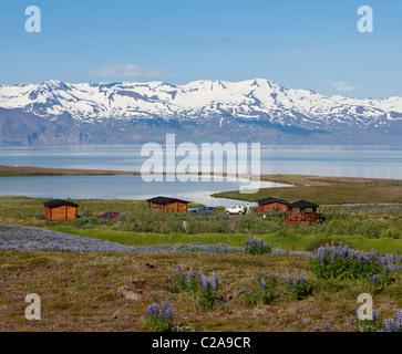 Maison d'été donnant sur l'eau et de montagnes, de Skjalfandi bay, la péninsule de Tjornes, Islande Banque D'Images