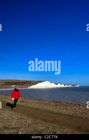 Mâle adulte Walker le long des sept Sœurs Craie falaises calcaires du Parc National des South Downs Sussex Manche Banque D'Images