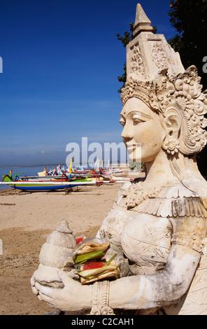 Les offres sont placées en face d'une statue. Les offrandes sont appelés baten, elles sont données dans l'espoir Banque D'Images
