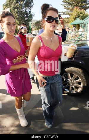 * SPEARS A L'oeil rose - juste comme FEDERLINE Britney Spears a expliqué son penchant pour le port de lunettes après Banque D'Images