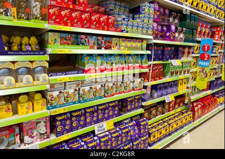 Une sélection d'oeufs de Pâques en chocolat dans un supermarché Tesco au Royaume-Uni