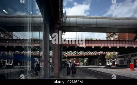 La gare de Waterloo, Lambeth, Londres. Ponts ferroviaires et de pub.