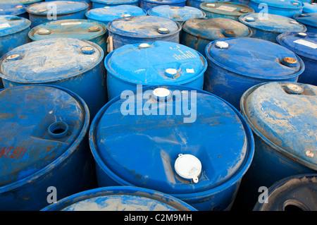 Fûts en plastique bleu Banque D'Images