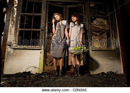 Portrait des modèles de mode dans un immeuble incendié Banque D'Images