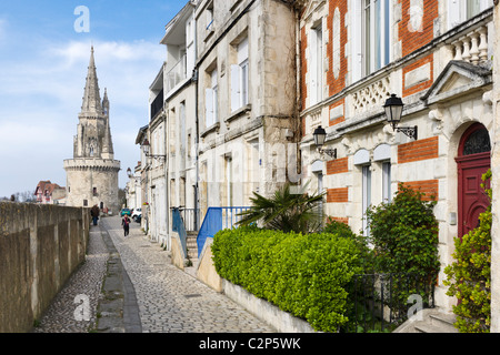Vue le long des murs de la ville sur le port en regardant vers la Tour de la Lanterne, La Rochelle, Poitou Charentes, France Banque D'Images