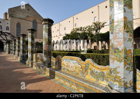 Naples. L'Italie. Cloître de l'église et couvent de Santa Chiara. Banque D'Images