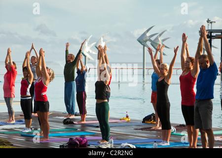 Classe de yoga le matin à l'Esplanade Lagoon. Cairns, Queensland, Australie Banque D'Images
