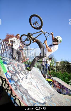 Les motards BMX tricks sur une rampe Banque D'Images