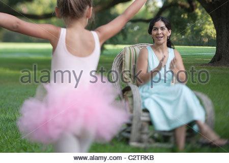 Mère élégante assise dans cour avec ballerine fille Banque D'Images