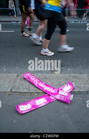 Marathon de Londres 2011 - supprimé Clic Sargent charité bannières et glissières de pieds (avec le flou) Banque D'Images