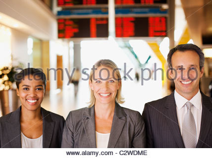 Business people standing together in airport Banque D'Images