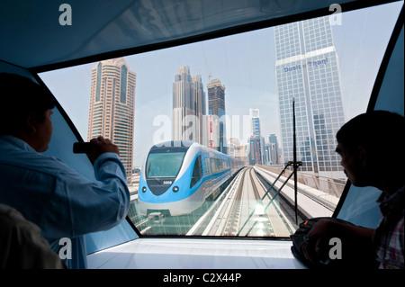 Vue sur Dubaï metro train et tours de bureaux au quartier financier de Dubaï Émirats Arabes Unis ÉMIRATS ARABES Banque D'Images