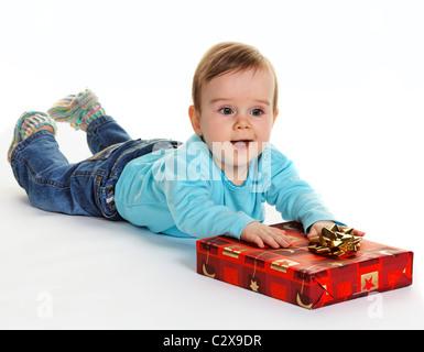 Petit enfant avec un paquet cadeau anniversaire