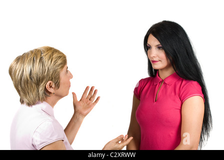 Mère et fille ont une conversation, la jeune femme l'écoute très attentive de sa mère alors que le senior woman donner quelques conseils
