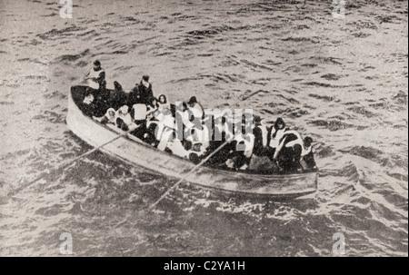 Les survivants de la RMS Titanic dans un de ses canots démontables, juste avant d'être ramassés par le Carpathia. Banque D'Images