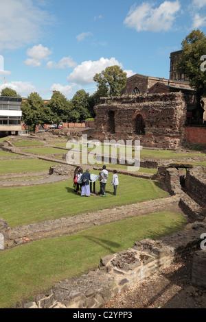 Les visiteurs de l'Jewry Wall et bain romain fondations, Leicester, Leicestershire, UK. Banque D'Images