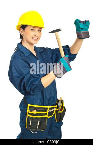 Jeune femme tenant un marteau isolé sur fond blanc Banque D'Images